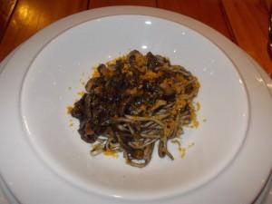 水イカとポルチーニ茸のイカ墨ソース カラスミ添え タリオリーニ